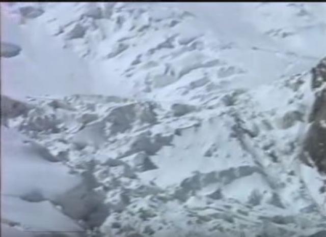 Это был Миро Грозман из Словакии. Он сказал, что лагеря на высоте 5300 м нет, снесло лавиной. Спасатель не поверил, решил, что у Миро галлюцинации. Через полчаса на морену спустились англичане и подтвердили сообщение словака.