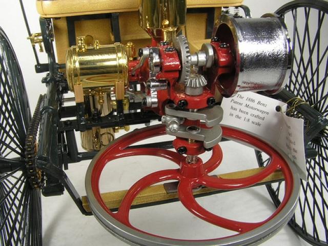 Цилиндр располагался горизонтально над осью огромных задних колес и приводил их в движение через одну ременную и две цепные передачи и развивал 400 об/мин и выходную мощность 0,75 л.с.