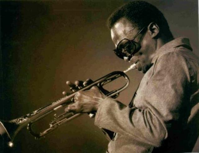 Майлс Дэвис Жертвой СПИДа стал и знаменитый американский джазовый музыкант, трубач и бэнд-лидер, оказавший значительное влияние на развитие джазовой музыки XX века, Майлс Дэвис.