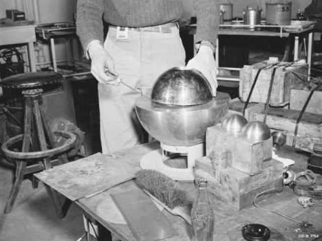 Команда проводила эксперимент уже более 24 раз, когда две половинки бериллия слиплись вместе, вызвав выброс излучения. Понимая, что произошло, Слотин героически накрыл материал своим телом, в то время как другие разбежались. Через две недели он умер.