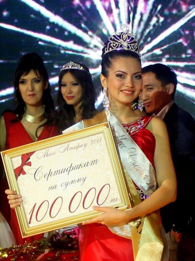 """Вокруг конкурса """"Мисс Казахстан-2013"""" разгорелся скандал. Против организаторов атырауского отборочного тура завели уголовное дело, а директора модельного агентства """"ДиАл"""" обвинили в мошенничестве."""