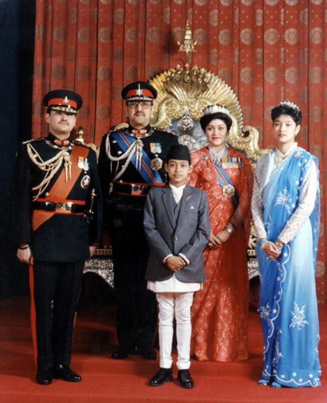 """Среди жертв был """"живое воплощение бога Вишну"""", 55-летний король Бирендра, 51-летняя королева Айшварья, принцесса Шрути 24 лет, ее брат, 22-летний принц Нараян, и еще несколько человек."""