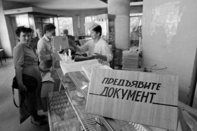 """В газете """"Правда"""", если бы фотокорреспонденту поручили снять магазин, он бы сфотографировал улыбающуюся продавщицу на фоне товара. Но на деле все было иначе - никто не улыбался, да и не стали бы разговаривать без документа."""