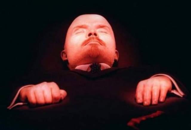 Другие упоминают, что в Кремле видели дух Владимира Ильича Ленина, причем за три месяца до его смерти, когда вождь мирового пролетариата тяжело болел и уже не выезжал из своей резиденции в Горках.