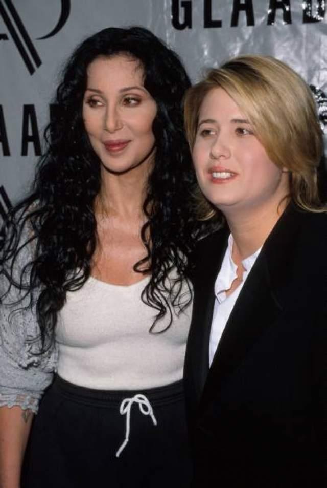 Шер. Американская певица, родившая единственную дочь в 23 года, всегда отличалась блестящей внешностью, которую Честити Боно, увы, не унаследовала.