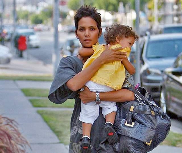 Хэлли Берри . Первого ребенка, девочку по имени Нала Ариэла Обри, она родила в 41 год.