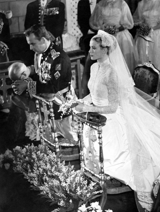 А вот князь Ренье на церемонии бракосочетания появился в военной форме в стиле эпохи Наполеона I, но его наряд был раскритикован и всех и вся затмила Грейс.