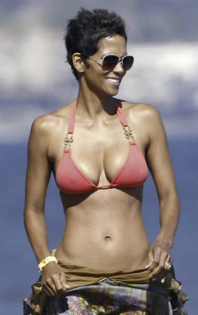 Также СМИ утверждают, что звезда увеличила грудь.