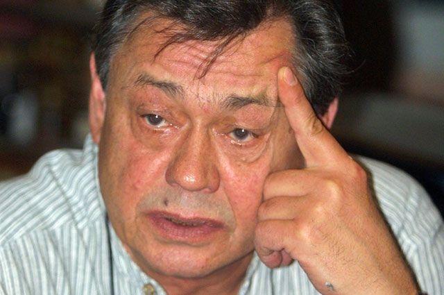 Николай Караченцов. Актер попал в страшное ДТП в ночь на 28 февраля 2005 года, когда его Volkswagen Passat B5 на обледенелой дороге Мичуринского проспекта в Москве потерял управление.
