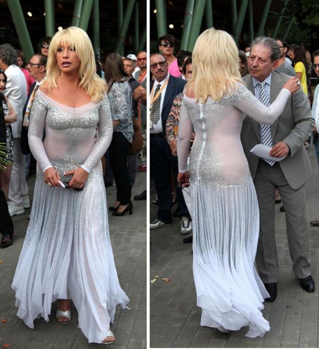 Несмотря на 65-летний возраст, ей всегда сопутствуют глубокие вырезы и пышные юбки со смелыми разрезами.