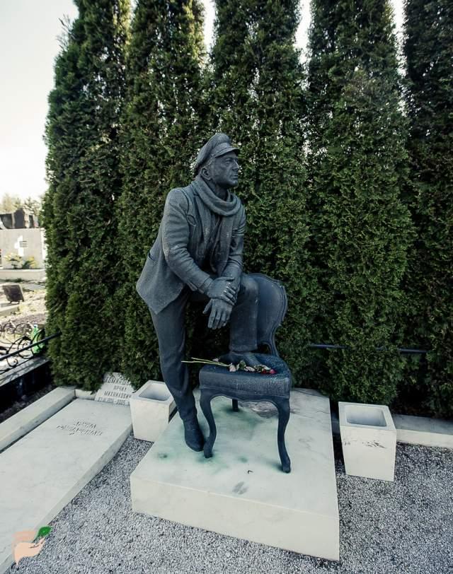 """Арчил Гомиашвили. Многие считают актера """"лучшим Остапом Бендером всех времен"""". Похоронен он на Троекуровском кладбище и именно скульптура в образе Великого комбинатора и украшает его могилу."""