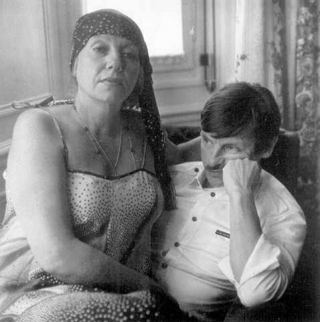Окончательно убедившись в невозможности получить одобрение замыслов своих фильмов, Тарковский с женой Ларисой уехал в Швецию в 1983 .