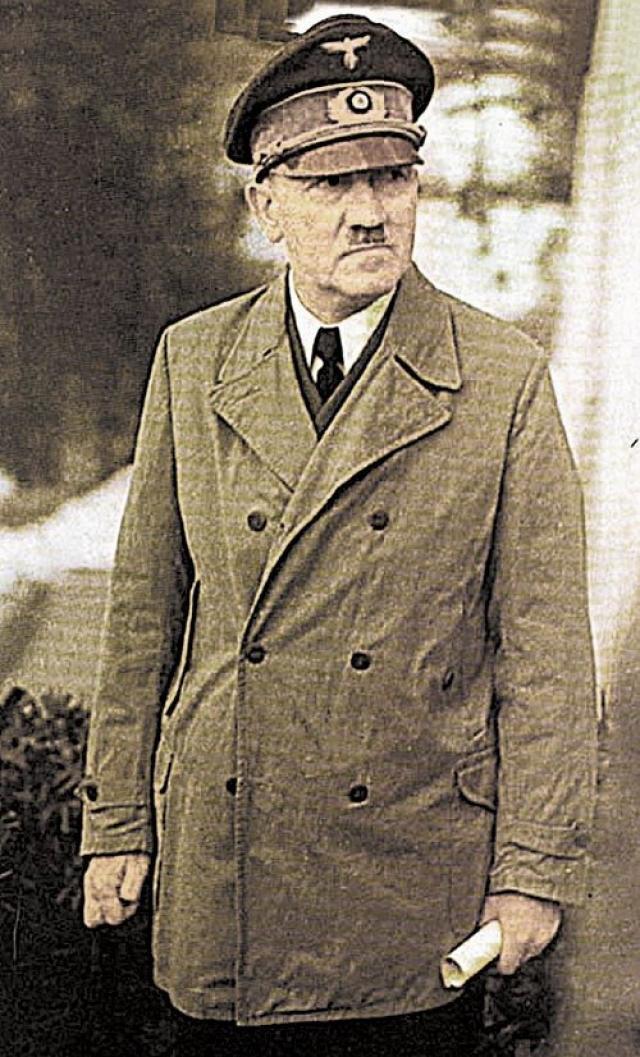Штауффенбергу удалось поставить портфель рядом с Гитлером и под благовидным предлогом выйти из комнаты, когда до взрыва оставалось пять минут. Но буквально за считанные секунды до взрыва полковник Хайнц Брандт переставил портфель, и массивный дубовый стол спас Гитлера от взрывной волны