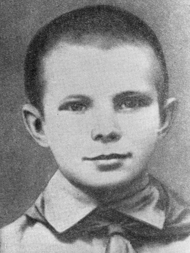 1 сентября 1941 года мальчик пошёл в школу, но уже 12 октября деревню заняли гитлеровские войска. Семью с детьми немцы выгнали на улицу, а в доме устроили мастерскую. До начала зимы Гагарины выкопали маленькую землянку, накрыли дёрном, выложили печку.