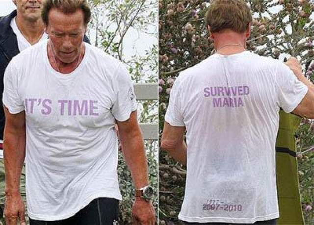 Август 2011 года: Арнольд Шварцнеггер в футболке с принтом «Пережил союз с Марией», 1977-2010» во время работы в Санта-Монике.