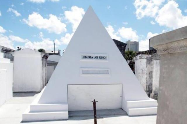 В 2010 актер купил для себя усыпальницу в виде пирамиды высотой в 2,7 метра, расположенную на кладбище в Новом Орлеане.