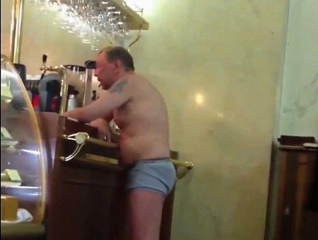 Гарика Сукачева поклонники также неоднократно видели разгуливающим по отелям в одном нижнем белье.