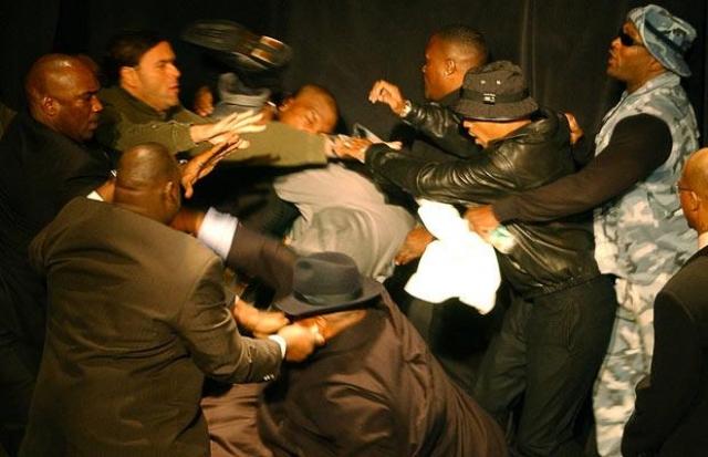 В ходе нее Тайсон атаковал телохранителя Льюиса, а затем в возникшей свалке вцепился зубами в ногу и самому чемпиону.
