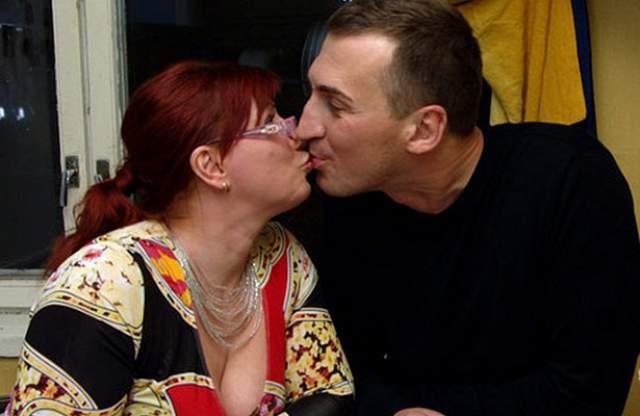 Юрий Андреев, экс-супруг телеведущей, как утверждала Роза, бил ее систематически, но однажды пересек черту, сделав это на глазах у людей - возле их подъезда. После этого женщина подала на развод и якобы даже видеться не хотела с тираном.