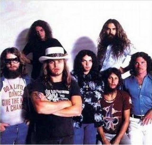 """Группа """"Lynyrd Skynyrd"""" . 20 октября 1977 года, через 3 дня после выхода альбома """"Выжившие с улицы"""", нанятый на время американского турне самолет разбился во время перелета команды из Юж. Каролины в Луизиану."""
