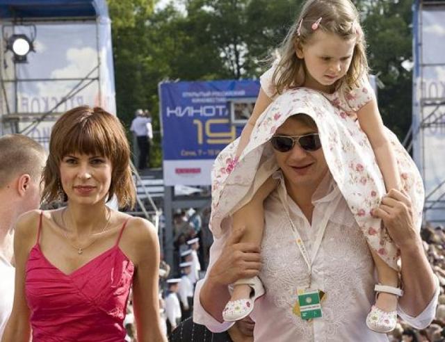 """Марат Башаров. Актер и Елизавета Круцко познакомились на съемках фильма """"Сибирский Цирюльник"""", сыграли свадьбу по мусульманским обычаям, а в 2004 году у них родилась дочка."""