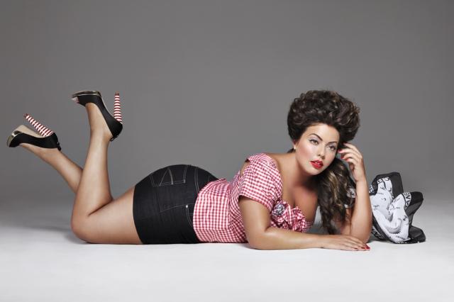 """Флавия Ласерда. Работа бразильянки в качестве модели plus-size началась по счастливой случайности. Однажды, когда Флавия ехала в автобусе по Манхеттену, к ней подошел редактор популярного издания """"Mode"""" и предложил ей сотрудничество как с моделью."""