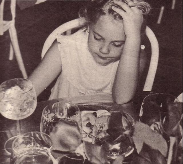 Дрю Бэрримор. Еще одна жертва знаменитых родителей и ранней славы в возрасте девяти лет начала курить, в 10 лет стала пить алкоголь, в 12 – курить марихуану, а в 13 – впервые попала в клинику с кокаиновой зависимостью.