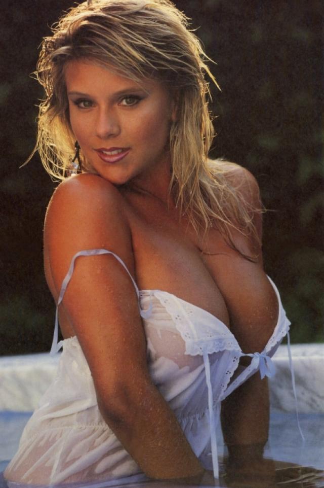 Саманта Фокс. Саманта сделала скандальную и одновременно головокружительную карьеру, навшуюся с фото для желтой британской газеты на третьей странице которой публиковались снимки британских красоток. Потом обнаженную Саманту снимали для рекламы, она появлялась на телевидении и стала моделью международного уровня.