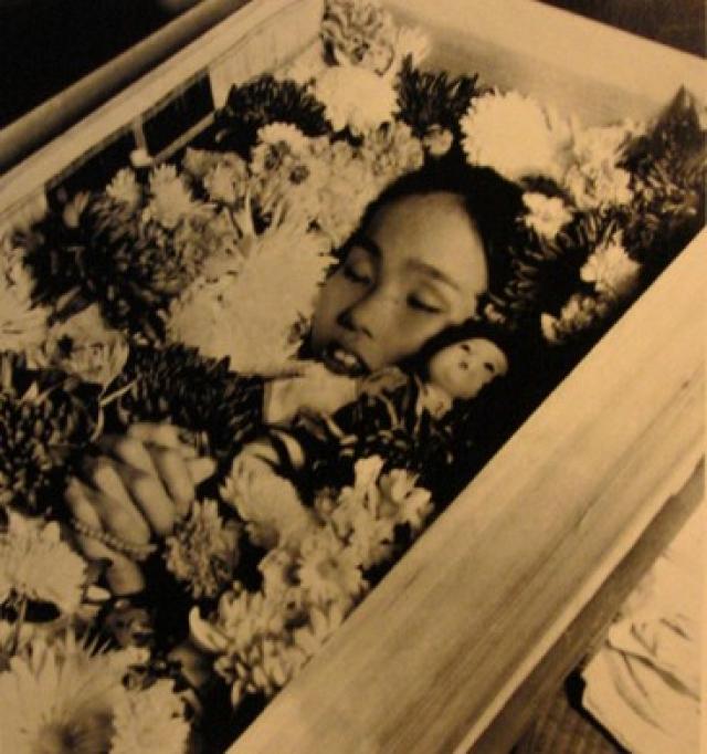 """Между тем, здоровье Садако постоянно ухудшалось, и 25 октября 1955 года она умерла. По легенде из книги """"Садако и тысяча бумажных журавликов"""", она успела сделать лишь 644 журавлика."""