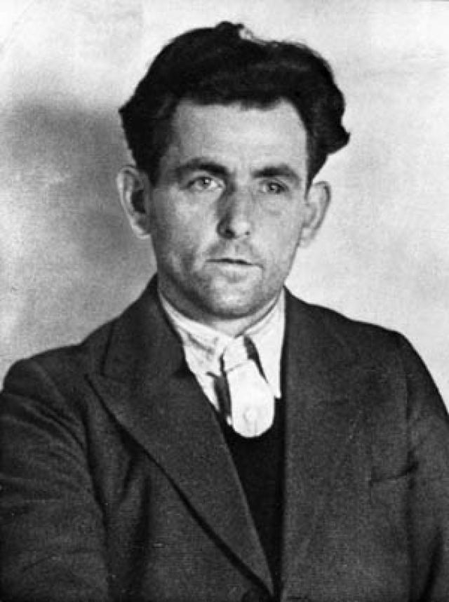 Коммунист Иоганн Георг Эльзер вмонтировал самодельное взрывное устройство с часовым механизмом в колонну, перед которой обычно устанавливали трибуну для вождя.