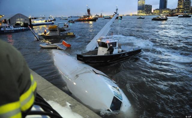 В результате посадки, спасательных и буксировочных работ планер самолета получил значительные повреждения.
