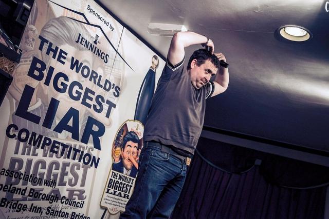 """Конкурс врунов. Всемирный чемпионат лжецов проводится ежегодно в конце ноября в крохотном городке Сэнтон-Бридж в Великобритании. Соревнующиеся """"под пиво"""" должны в течение пяти минут рассказать судьям байку, похожую на правду. Приз - 1000 фунтов."""