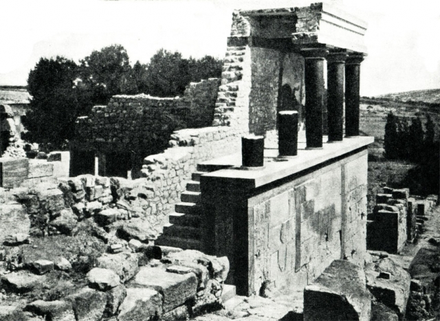 Дворец площадью в 22 тысячи кв. м имел запутанную структуру помещений. В греческих мифах его называли лабиринтом, в котором обитал человекобык Минотавр.