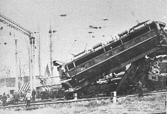 В результате крушения до степени исключения из инвентаря были повреждены локомотивы обоих поездов — электровозы ЧС4 № 005 и 071, разбиты несколько пассажирских вагонов. Погибло 44 человека. Ранено 100 человек, из них 27 тяжело.