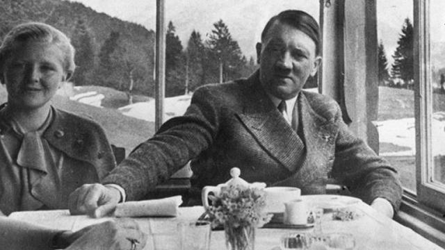 В политике Ева не играла особой роли. Существование постоянной сожительницы фюрера не афишировалось, в сознании немцев он был холостым, и на адрес Гитлера приходило огромное количество писем девушек, мечтавших выйти за него замуж.