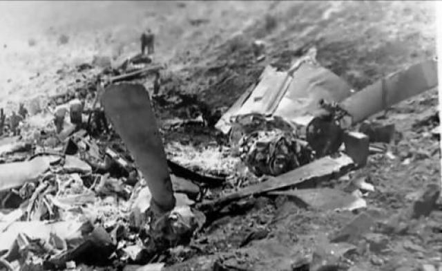 Дистанция между Су-15ТМ и «транспортником» была мала запуска ракет Р-98М. Нарушитель уходил в сторону границы. Тогда Куляпин решил идти на таран. Со второй попытки он ударил фюзеляжем по стабилизатору «Канадэра», после чего благополучно катапультировался из поврежденного самолета, а «аргентинец» свалился в штопор и упал всего в двух километрах от границы, его экипаж погиб. На фото: все, что осталось от самолета-нарушителя