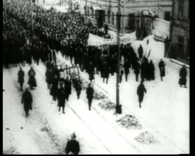 У Нарвской заставы к собравшимся рабочим пришел Гапон. Он надел на себя полное облачение священника. В этом месте собралась огромная 50-тысячная толпа.