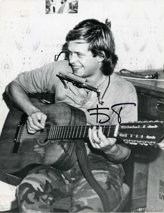 """""""Аквариум"""" - одна из старейших российских рок-групп, причем только певец и идейный вдохновитель группы Борис Гребенщиков (также известный как БГ) является участником коллектива с самого момента его основания в 1972 году."""