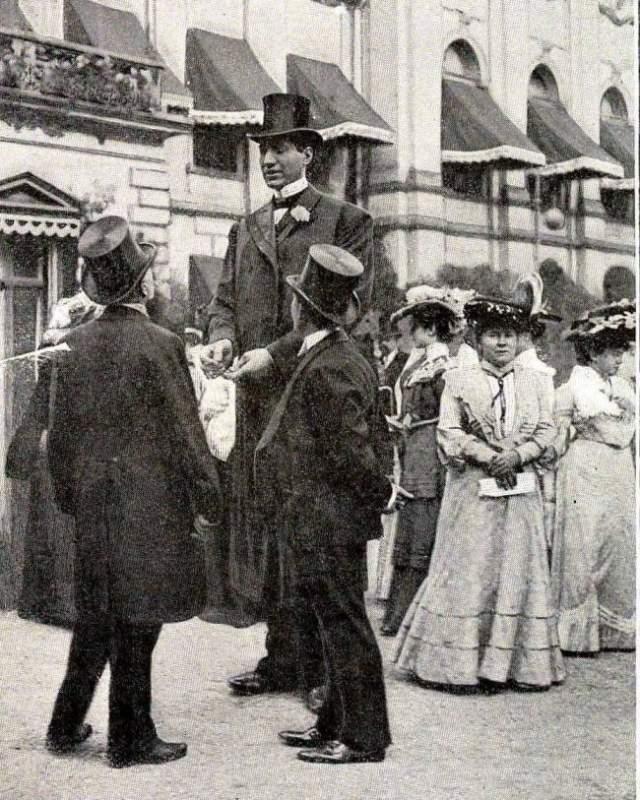 """Карьеру """"всемирно известного живого экспоната"""" он начал в 14 лет в цирке, с которым впоследствии ездил по всему миру, где вызывал изумление и восхищение публики."""