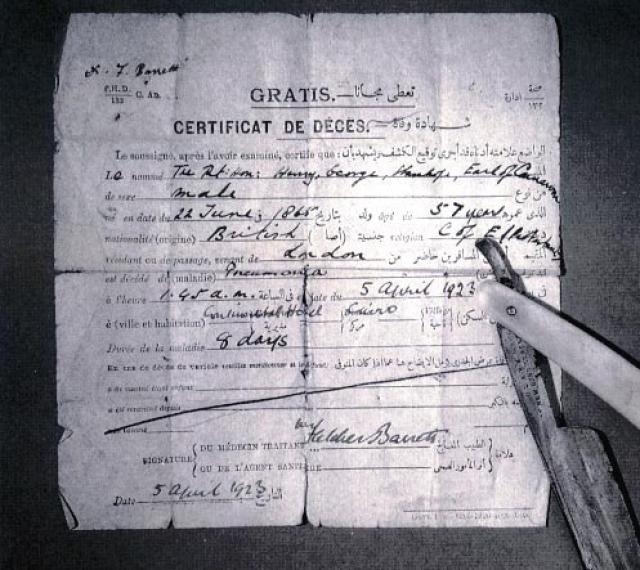 Всё началось после того, как5 апреля 1923 года в каирской гостинице «Континенталь» от воспаления лёгких умер лорд ДжорджКарнарвон, финансировавший раскопки. На фото: свидетельство о смерти лорда Карнарвона в 1923 года с указанием причины смерти, как пневмония.