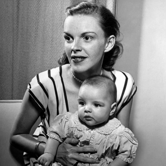 """А вот свою мать, Джуди Гарленд, Лайзе обогнать не удалось в популярности. Джуди была лауреатом премий """"Золотой глобус"""", """"Грэмми"""", """"Тони"""" и Молодёжной награды киноакадемии, дважды номинировалась на премию """"Оскар""""."""