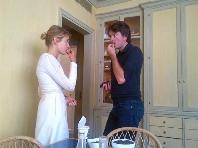 Первое свидание пары из-за повышенного внимания прессы прошло на скамеечке в парке. Вскоре после этого влюбленные стали жить вместе в Париже, а через несколько месяцев у пары родился сын Максим.