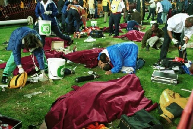 """11 апреля 2001 года. Йоханнесбург, ЮАР. В Йоханнесбурге на стадионе """"Эллис Парк"""" во время матча с участием команд """"Кайзер Чифс"""" и """"Орландо Пайретс"""" погибло 43 футбольных болельщика, около 250 человек получили ранения различной степени тяжести."""