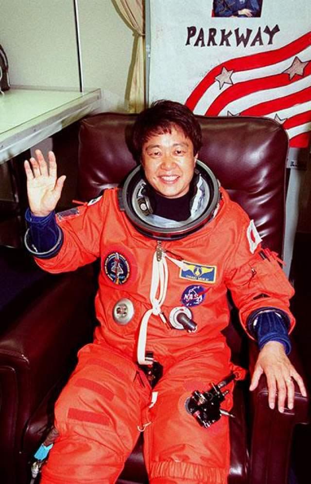Первая женщина-астронавт Японии - Тиаки Мукаи, 8 июля 1994 года.