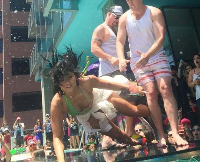 Певица Деми Ловато выступала на вечеринке у бассейна, когда упала плашмя прямо перед фанатами.