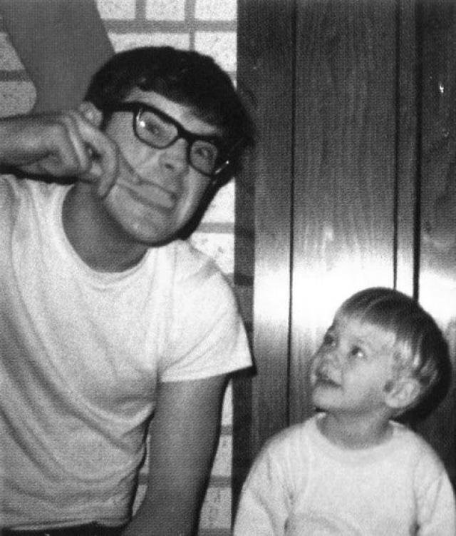 """В июне 1976 года, вскоре после развода родителей, юноша написал на стене спальни такую надпись: """"Я ненавижу маму, я ненавижу папу, папа ненавидит маму, мама ненавидит папу, от этого просто невозможно не быть печальным."""""""
