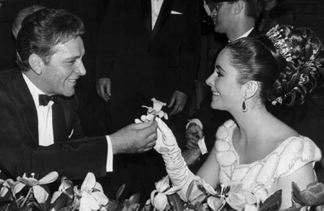 """Примечательно, что актеры были знакомы еще задолго до """"Клеопатры"""": они встречались на голливудской вечеринке. Судя по письмам Бартона, он ее запомнил, а вот Тейлор его - нет. """"Она была столь красива, что я чуть не расхохотался в голос. Она была потрясающей. Великолепной. Засасывала, как черная дыра. И плевать ей было на меня"""" , - вспоминал Бартон."""