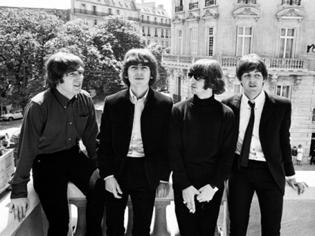 В 1965 году The Beatles наградили орденами Британской империи, но в 1969 году Джон Леннон вернул свой орден в знак протеста против поддержки Англией агрессии США во Вьетнаме.