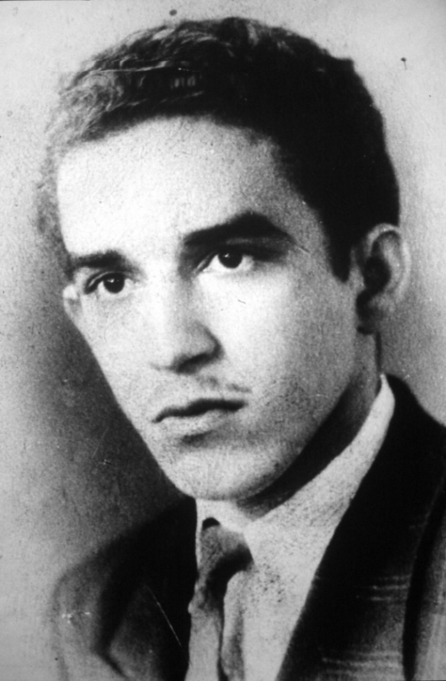 Габриель Гарсия Маркес. Будущий писатель был рожден 6 марта 1928 года в небольшом городе в Колумбии. В детстве он воспитывался бабушкой и дедушкой, увлекался чтением и языком.
