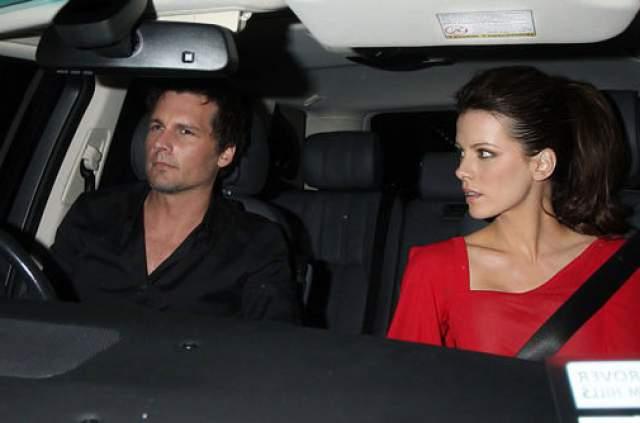 Кейт Бекинсейл, 45 года. Британская актриса давно пользуется услугами личного водителя, так как боится садиться за руль. Дело в том, что на протяжении всей жизни ее мучает кошмар, где она на скорости выезжает на встречную полосу и врезается в другой автомобиль.